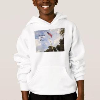 旗けれども波の米国旗はHANESのフード付きスウェットシャツをからかいます