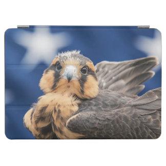 旗を持つAplomadoの《鳥》ハヤブサ iPad Air カバー