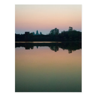 日の出のアンコール・ワットの湖の反射 ポストカード