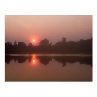日の出のアンコール・ワット、森林及び湖の反射 ポストカード