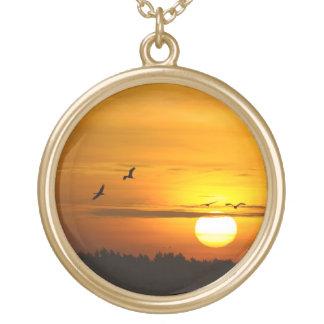 日の出のクレーン ゴールドプレートネックレス