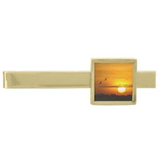 日の出のクレーン 金色 ネクタイピン