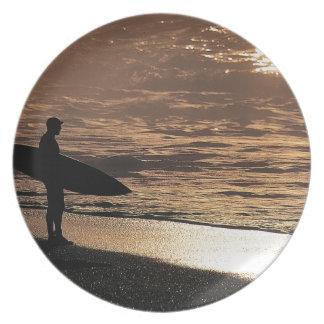 日の出のサーファー プレート