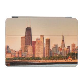 日の出のシカゴのスカイラインのパノラマ iPad MINIカバー