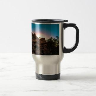 日の出のジョシュアツリーの国立公園 トラベルマグ