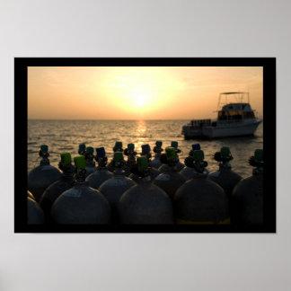 日の出のスキューバタンクそして飛び込みのボート ポスター