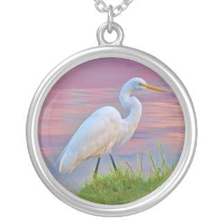 日の出のネックレスで散歩している素晴らしい白鷺 シルバープレートネックレス