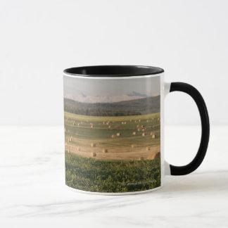 日の出の山が付いている分野の干し草ベール マグカップ