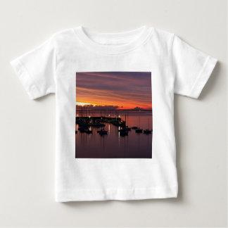 日の出の早朝港 ベビーTシャツ