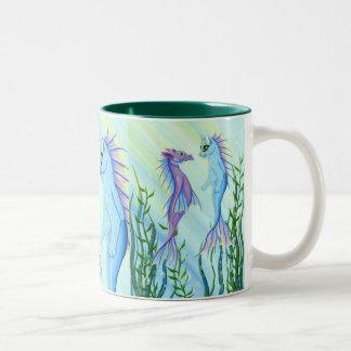 日の出の水泳の海のドラゴンの人魚猫のファインアートのマグ ツートーンマグカップ