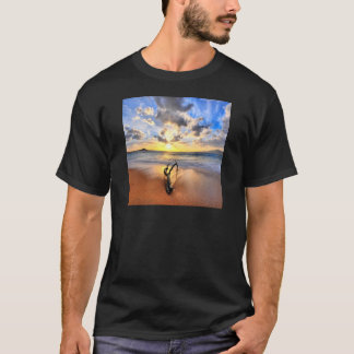 日の出の流木のビーチ Tシャツ