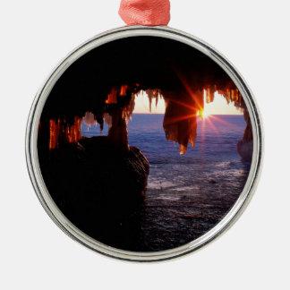 日の出の海は使徒の島ウィスコンシンに洞窟を作ります メタルオーナメント