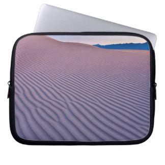 日の出の砂漠の砂 ラップトップスリーブ