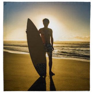 日の出の間のサーファーのシルエット ナプキンクロス