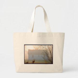 日の出の霧の古い農家 ラージトートバッグ
