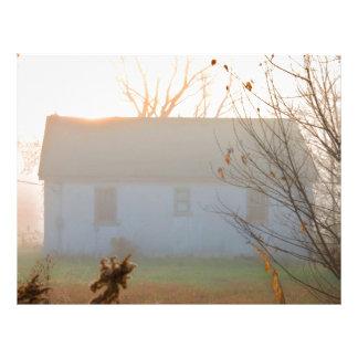 日の出の霧の古い農家 レターヘッド