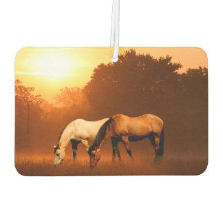日の出の馬を牧草を食べること カーエアーフレッシュナー