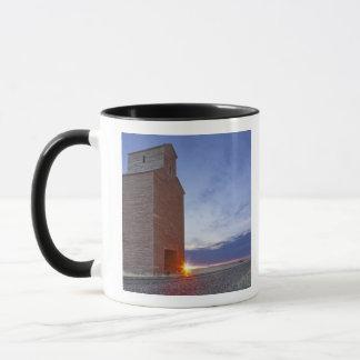 日の出のCollinsモンタナの古い穀倉 マグカップ