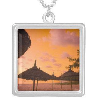 日の出のPalapaのスタイルのビーチ小屋、美女のロバ2 シルバープレートネックレス