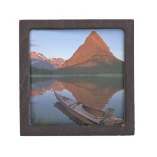 日の出のSwiftcurrent湖の木のカヤック ギフトボックス
