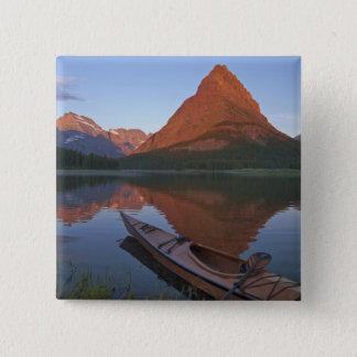 日の出のSwiftcurrent湖の木のカヤック 5.1cm 正方形バッジ