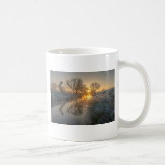 日の出は早朝の霧を燃焼させます コーヒーマグカップ