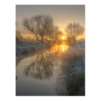 日の出は早朝の霧を燃焼させます ポストカード