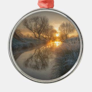 日の出は早朝の霧を燃焼させます メタルオーナメント