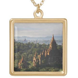 日の出、Bagan、ミャンマーの寺院 ゴールドプレートネックレス