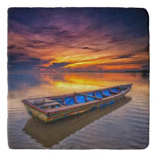日の出| Jubakarのビーチの漁船 トリベット