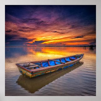 日の出| Jubakarのビーチの漁船 ポスター