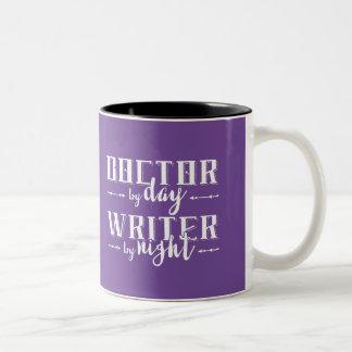 日までに医者、夜までに作家 ツートーンマグカップ