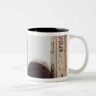日付が付いているワインのコルク ツートーンマグカップ