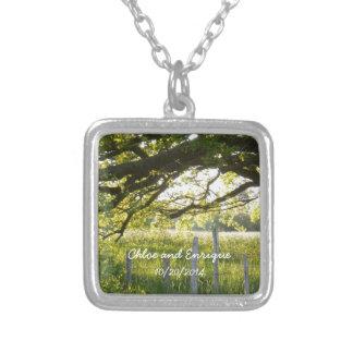 日光および木の名前入りな結婚式 シルバープレートネックレス
