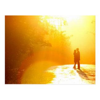 日光のキスをするなカップル ポストカード