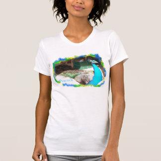 日光浴をしている美しい羽のオスの孔雀 Tシャツ