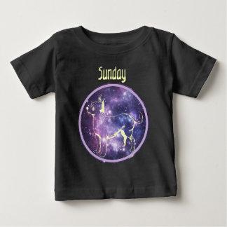 日曜日のかわいいチワワ犬の子犬のワイシャツ ベビーTシャツ