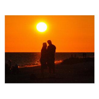 日曜日のカップルのシルエット愛Sanibelの日没の郵便はがき ポストカード