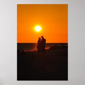 日曜日のカップルのシルエット愛Sanibelの日没ポスター ポスター