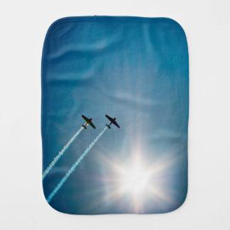 日曜日の青空で飛ぶ飛行機 バープクロス