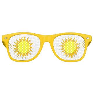 日曜日の黄色い日光の明るい太陽のビーチのパーティーの陰 レトロサングラス