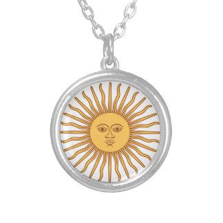 日曜日は白の光線SOL deメーヨーの金ゴールドに直面します シルバープレートネックレス
