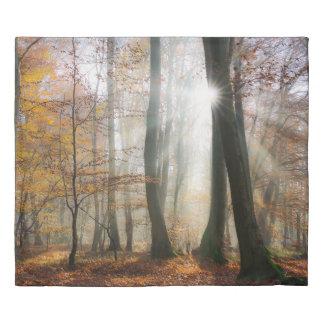 日曜日は神秘的で霧深い景色の森林写真の寝具を放射します 掛け布団カバー
