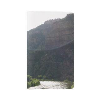 日曜日光線は山及び流れ上の空に接吻します ラージMoleskineノートブック