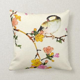 日本のでカラフルな花及び鳥 クッション