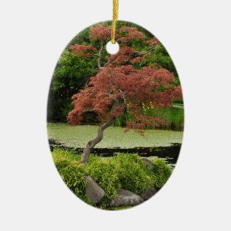 日本のなカエデの木および庭の池 セラミックオーナメント