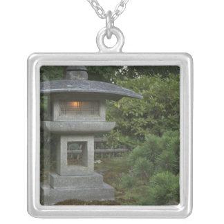 日本のな庭の照らされた石造りのランタン シルバープレートネックレス