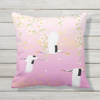日本のな芸術のクレーン及び花のピンクの白黒 クッション