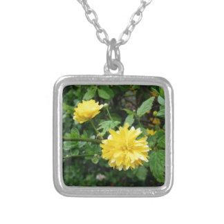 日本のな黄色バラの花Kerria Japonica シルバープレートネックレス