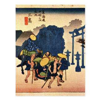 日本の神社を渡している旅行者 ポストカード